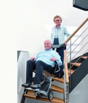 pareja de ancianos usando Escalador Curvo Scalacombi